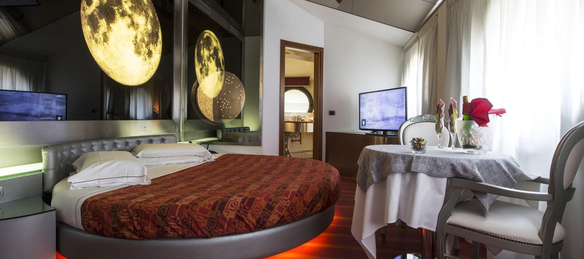 Camera Da Letto Con Specchio Sul Soffitto.Motel K Luna